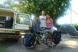 Kenta met zijn bepakte fiets
