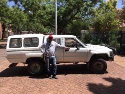 Mozes de Hilux kopende Namibier